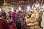 Buddyjskich zrobić kultu w świątyni tajski — Zdjęcie stockowe
