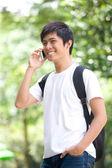 Azjatycki przystojny młody chłopak mówiąc na telefon — Zdjęcie stockowe