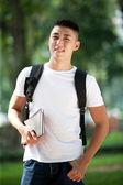 Jeune étudiante asiatique beau avec ordinateur portable dans le parc — Photo