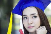 Mezuniyet şapkalı güzel genç bir asyalı kadın portresi ve merak etme — Stok fotoğraf