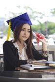 Portret pięknej młodej kobiety azji w studiach jednolitych ale smutny — Zdjęcie stockowe