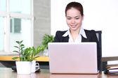 Donna bella business utilizzando un computer portatile. ritratto di asia. — Foto Stock