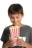 少年がポップコーンを保持している顔を作る — ストック写真