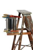Plechovku barvy a štětce nad žebřík — Stock fotografie