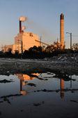 Industriestandort mit schornsteine — Stockfoto