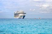 Yolcu cruise gemi ve ihale tekneler — Stok fotoğraf