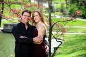 Paar, umarmen, draußen — Stockfoto