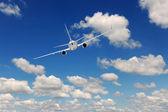 Uçan yolcu uçağı — Stok fotoğraf