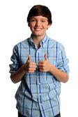 Jonge jongen tonen de duimen omhoog — Stockfoto