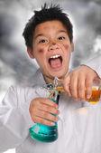 Junge verrückter wissenschaftler mischen von chemikalien — Stockfoto