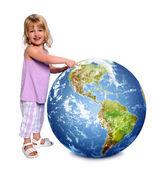Kind halten und zeigen die erde — Stockfoto