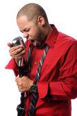 Muž zpívat do mikrofonu vinobraní — Stock fotografie