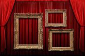 Rode podium gordijn met gouden frames — Stockfoto