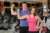 Homme et femme, flexions des bras — Photo