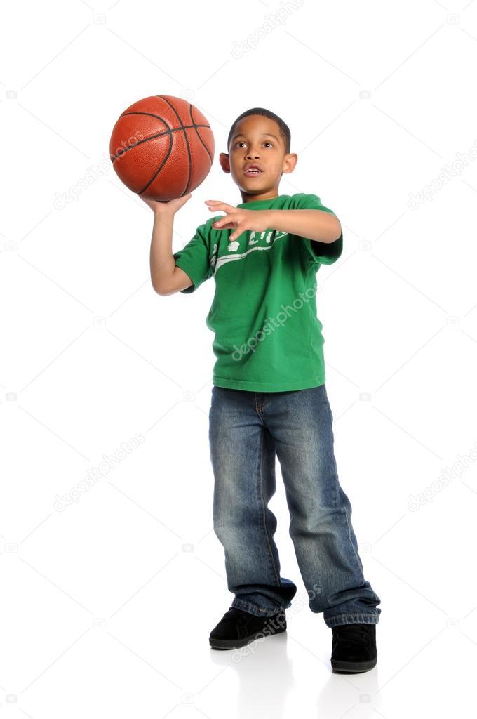 年轻的非洲裔美国男孩打篮球被隔绝在白色背景