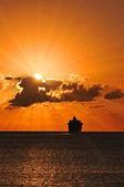 Nave da crociera a vela in tramonto — Foto Stock