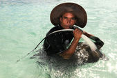 Man Playing With Stingray — Stock Photo