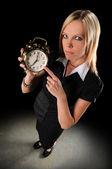 女商人指着闹钟 — 图库照片