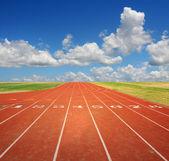 Běžecká dráha s mraky — Stock fotografie