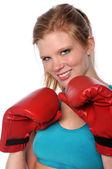 Donna con guantoni da boxe — Foto Stock