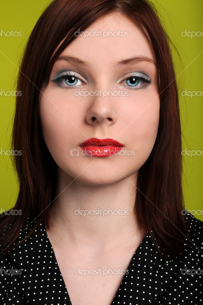 Portrait of beautiful young woman over a green background — Stock Photo #14762365