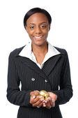 Kadın holding altın yumurta — Stok fotoğraf