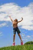 若い女の子をジャンプ — ストック写真
