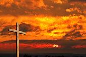 Puesta del sol y la cruz de madera — Foto de Stock