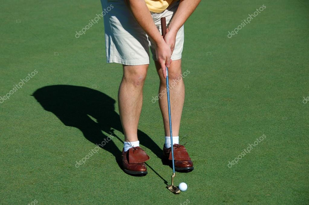 Golfer putting on the green — Lizenzfreies Foto #15824293