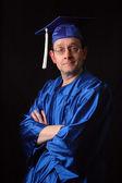 毕业礼服和帽的男人 — 图库照片