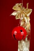 Boże Narodzenie dzwon i wstążki — Zdjęcie stockowe