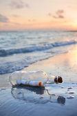 Mensaje en una botella al atardecer — Foto de Stock