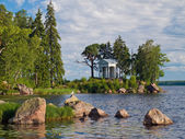 Beautiful summer water landscape with summerhouse at the bank an — Stock Photo