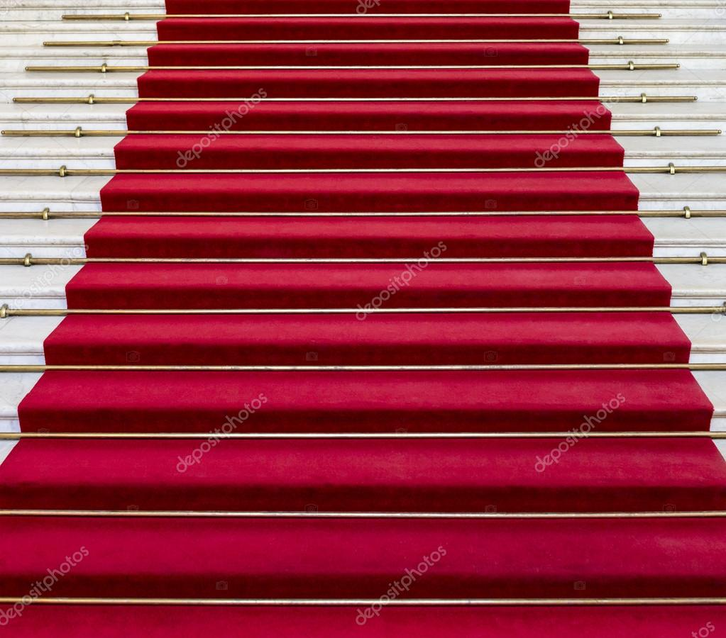 红地毯上白色的大理石楼梯