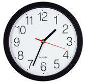 απλό κλασικό μαύρο και άσπρο στρογγυλό ρολόι τοίχου που απομονώνονται σε γουίτ — Φωτογραφία Αρχείου