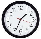 Jednoduché klasické černé a bílé kulaté nástěnné hodiny izolované na svatodušní — Stock fotografie