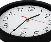 Closeup perspektif görünüm klasik siyah-beyaz duvar saati — Stok fotoğraf