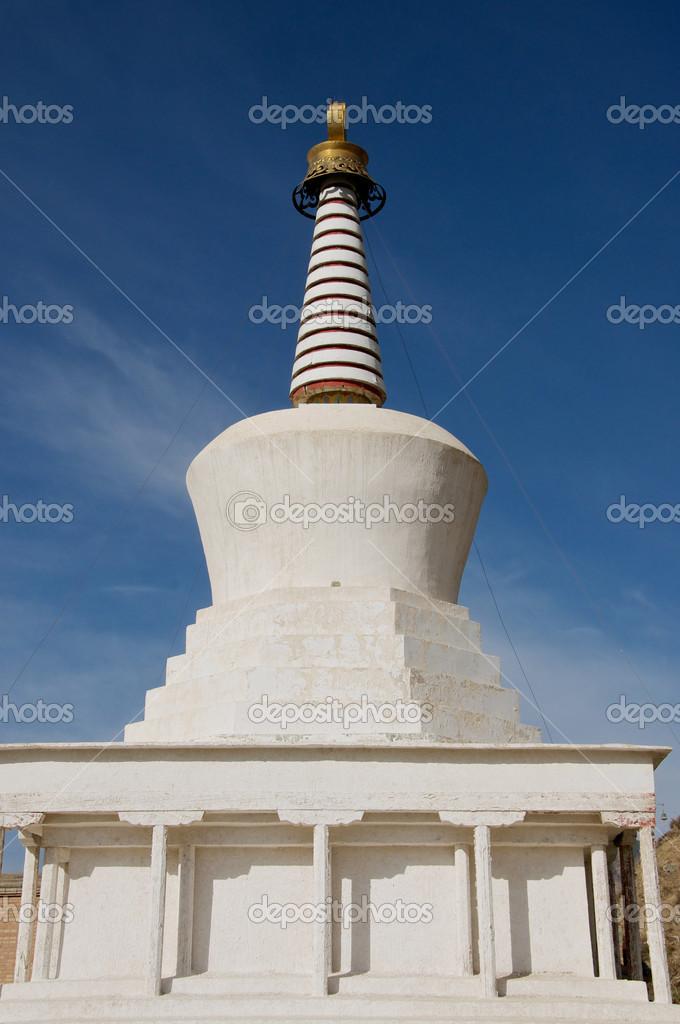 藏传佛教白塔在蓝蓝的天空下