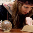 Foto Stock: Female fortune teller suggests future