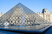Pyramid in front of Louvre Museum — Stockfoto