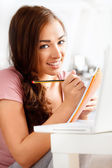 Retrato de primer plano de un atractivo joven estudiante sonriendo — Foto de Stock