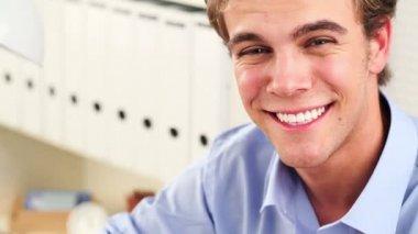 カメラ - 屋内で笑って幸せな若い男 — ストックビデオ