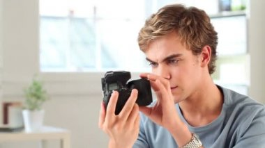 Young photographer using dslr camera — Stock Video