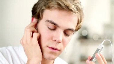 Close-up portrait des jungen mann hören, musik - innen — Stockvideo