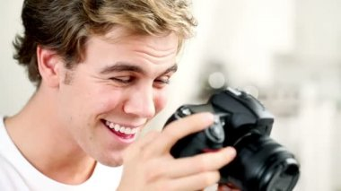 Happy young man taking pictures with digital camera — Stock Video