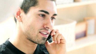 Latinamerikanska mannen med mobiltelefon — Stockvideo