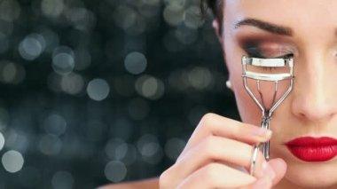 Macro closeup of Sexy young woman wearing make up using eyelash curler has perfect skin — Stock Video