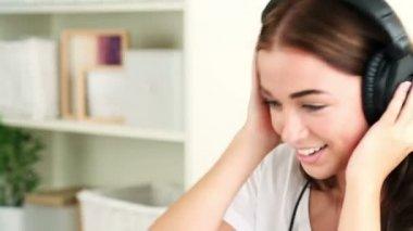 Närbild porträtt av attraktiv ung kvinna lyssna på musik — Stockvideo