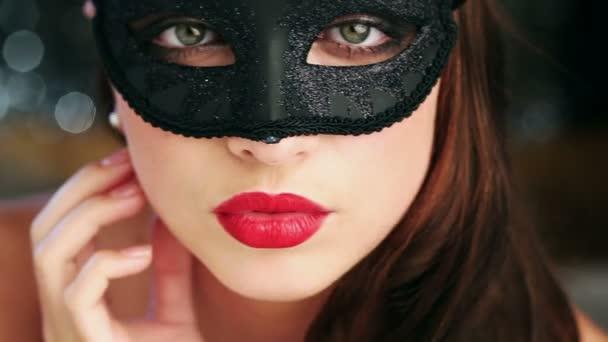 Sexy femme portant le masque de mascarade à parti — Vidéo