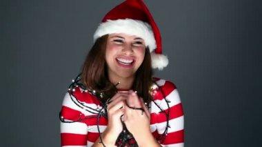 счастливыми мило girle, запутался в рождественские огни — Стоковое видео